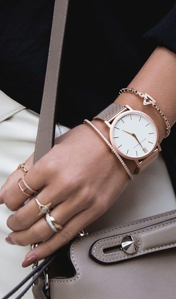 Часы вместе с браслетом.