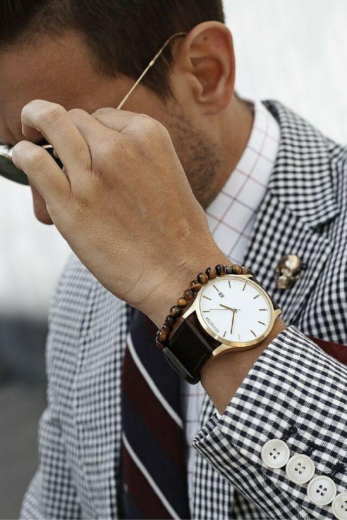 Часы с дополнительным аксессуаром.