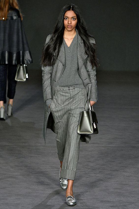 Серый монохромный лук с брюками.