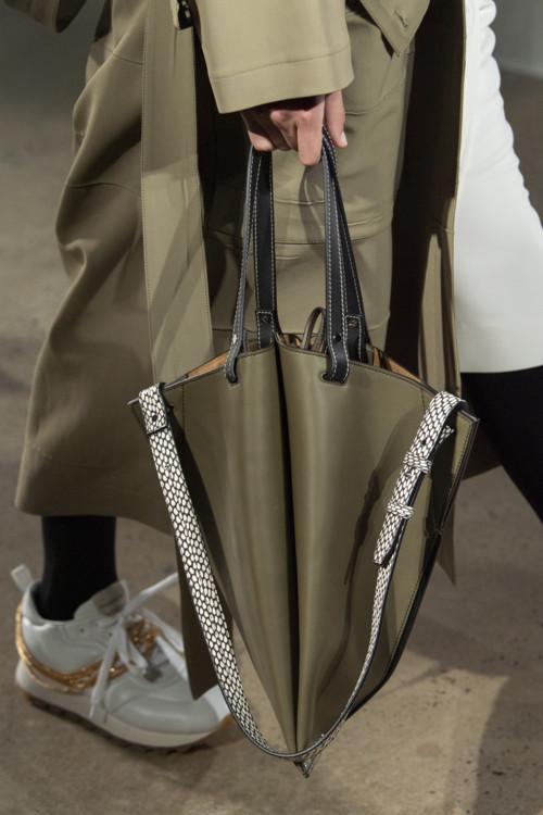Объёмная сумка необычной формы.