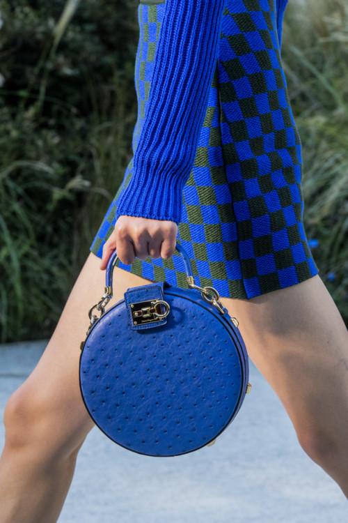 Синяя круглая сумка.