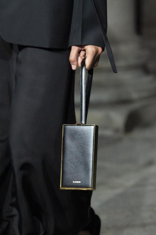 Маленькая чёрная сумка.