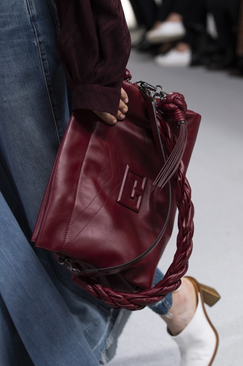 Бордовая сумка.
