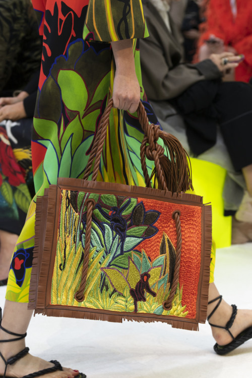 Тропический принт на сумке.