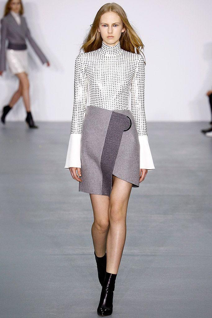 Короткая юбка с запахом на подиуме.
