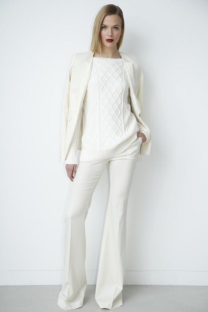 Белый тотал лук с брюками и свитером.