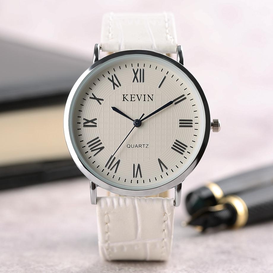 Классические часы с круглым циферблатом.