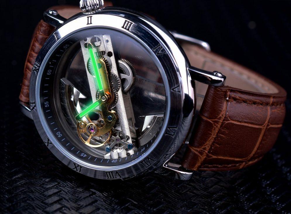 Часы с прозрачным корпусом.