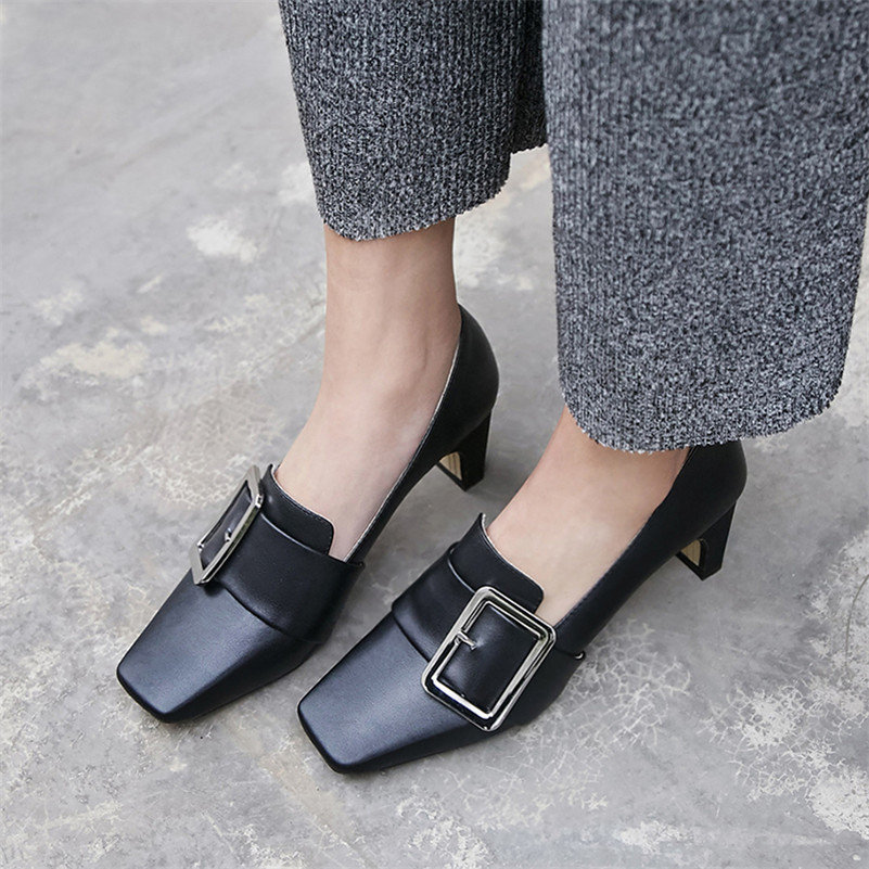 Обувь с пряжками.
