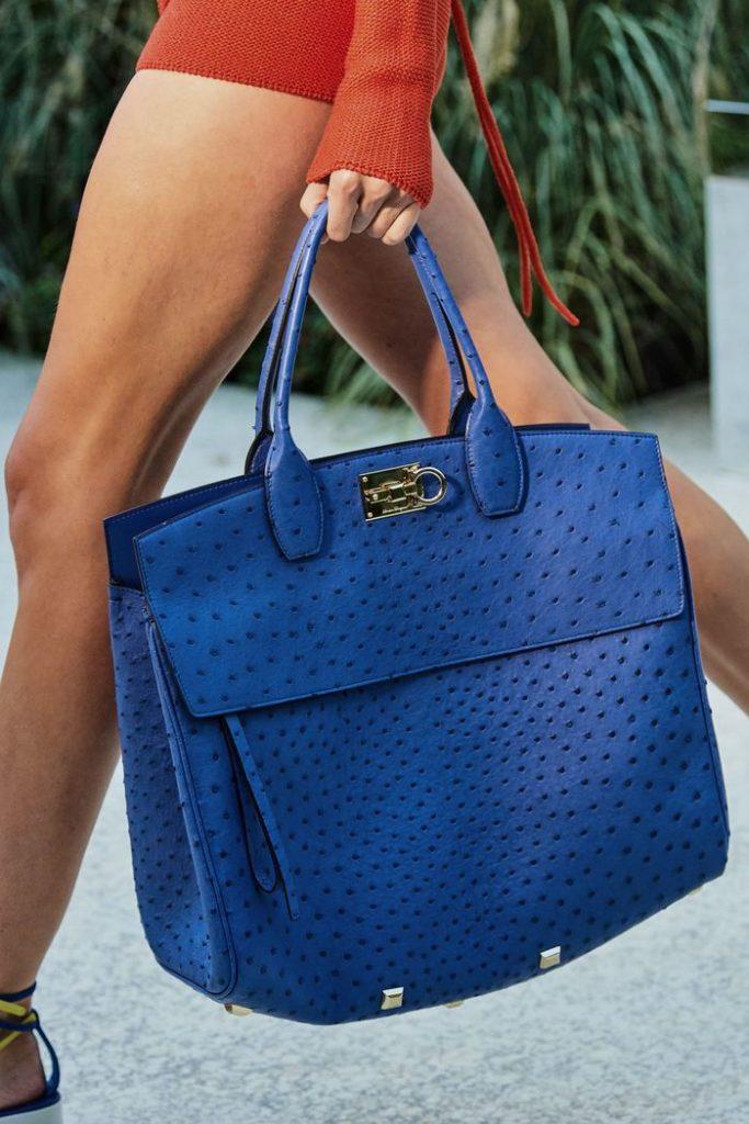 Синяя сумка.