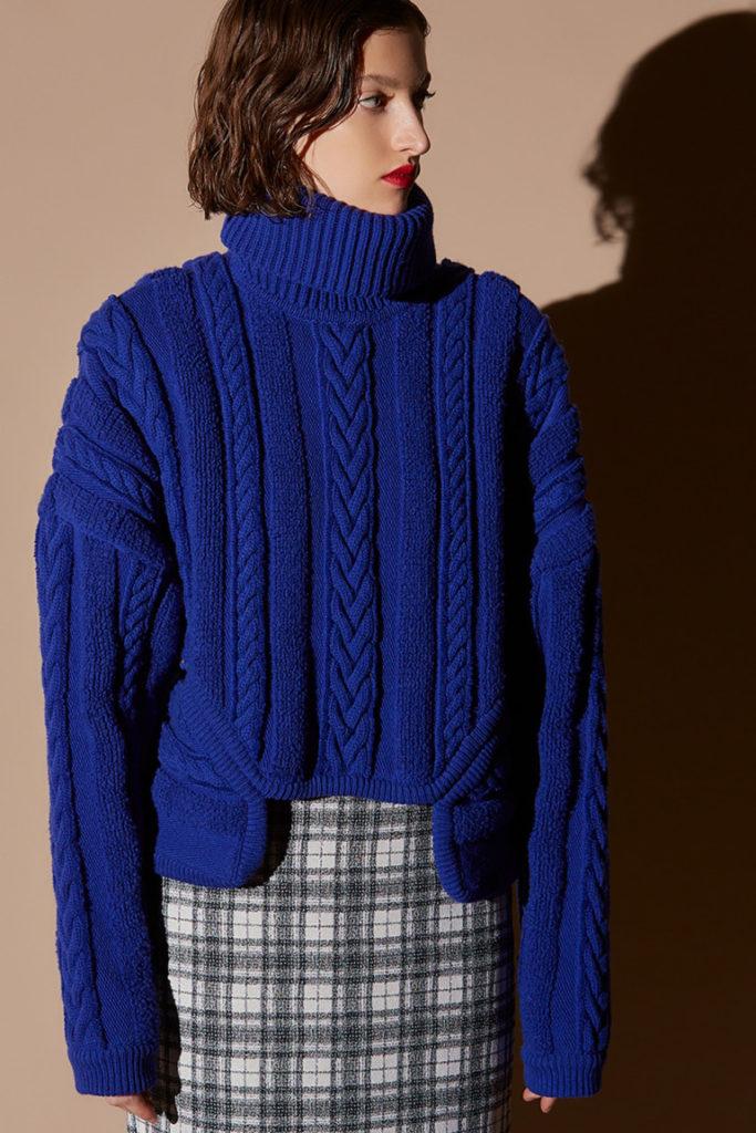 Синий свитер.