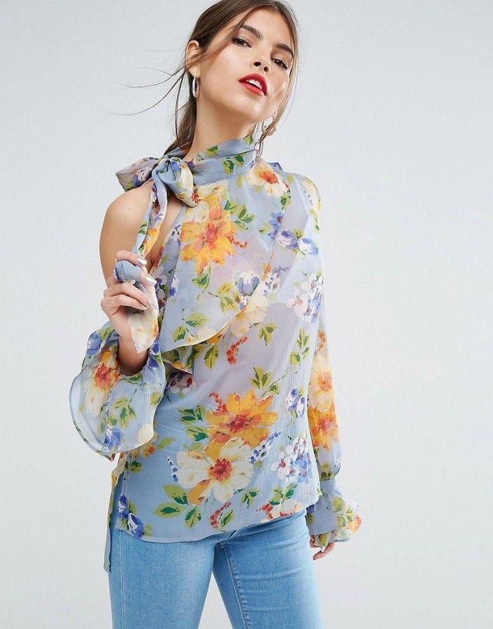Блузка с цветочным принтом.