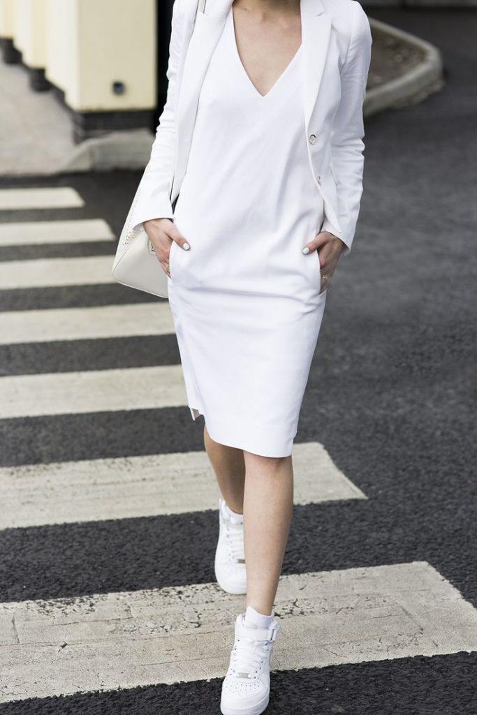 Белое платье с кроссовками.