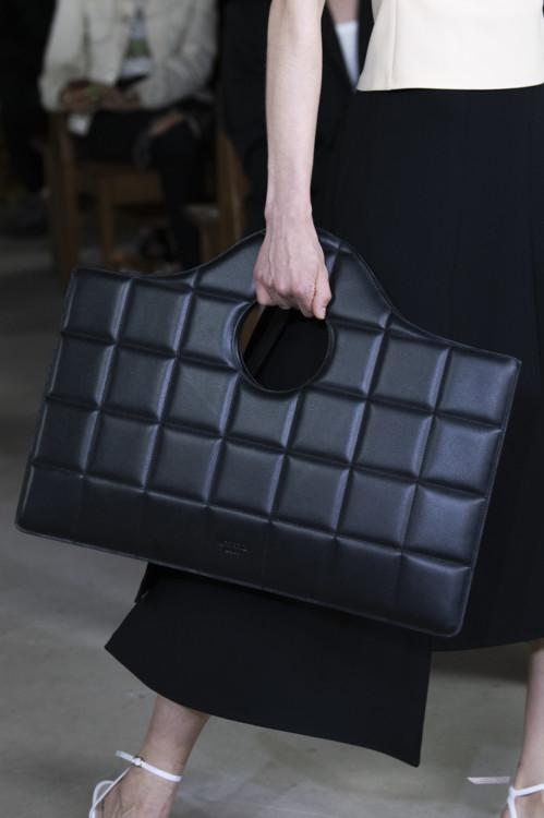 Чёрная сумка.