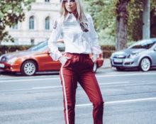 Красные штаны с белой рубашкой.