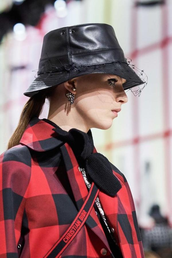 Кожаная шляпа с вуалью.