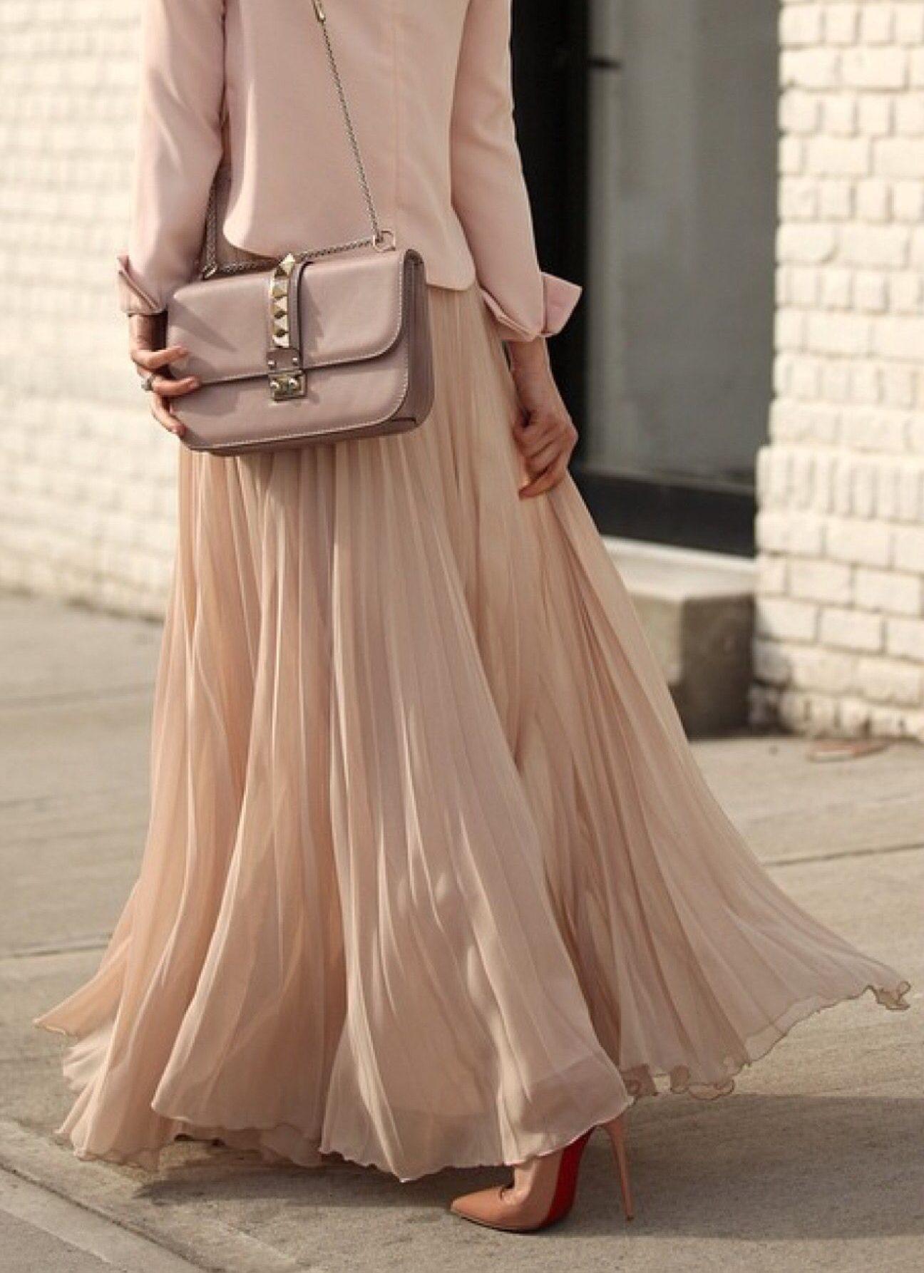 Пудровый образ с плиссированной юбкой.