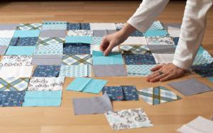разложить на полу кусочки ткани