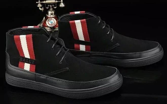 Ботинки с цветными полосками.