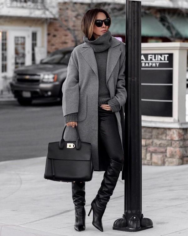 Серый свитер с высоким горлом.