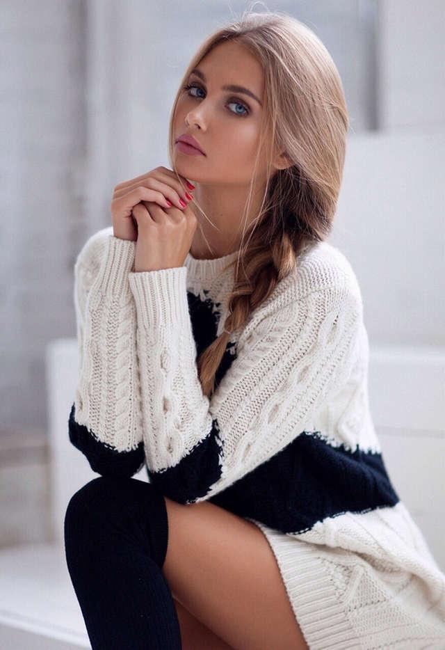 Чёрно-белый свитер.