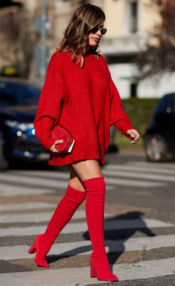 С красными ботфортами.