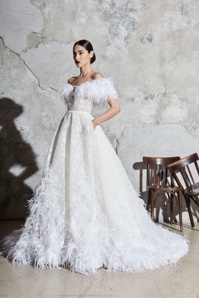 Свадебное платье с перьями.