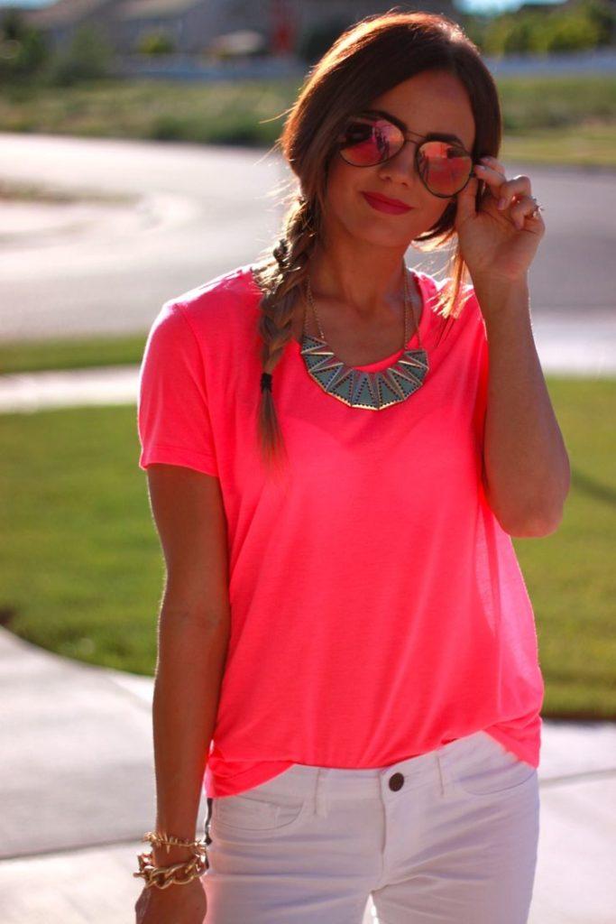Неоновая розовая футболка.