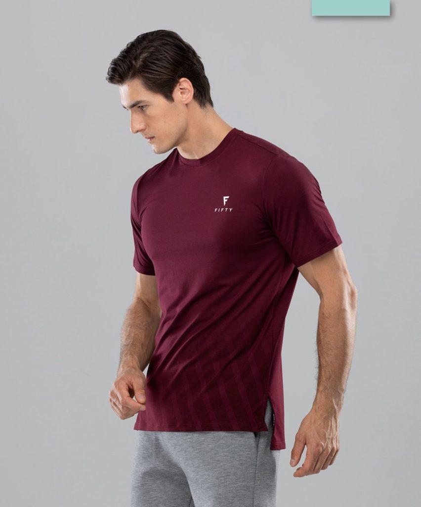 Бордовая футболка.