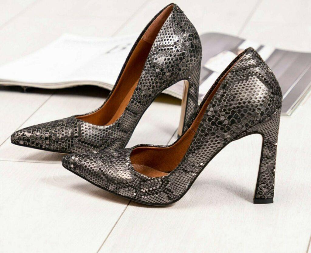 Туфли с тиснением под рептилию.
