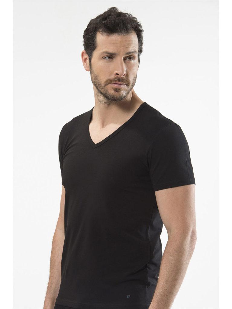 Чёрная футболка с треугольным вырезом.