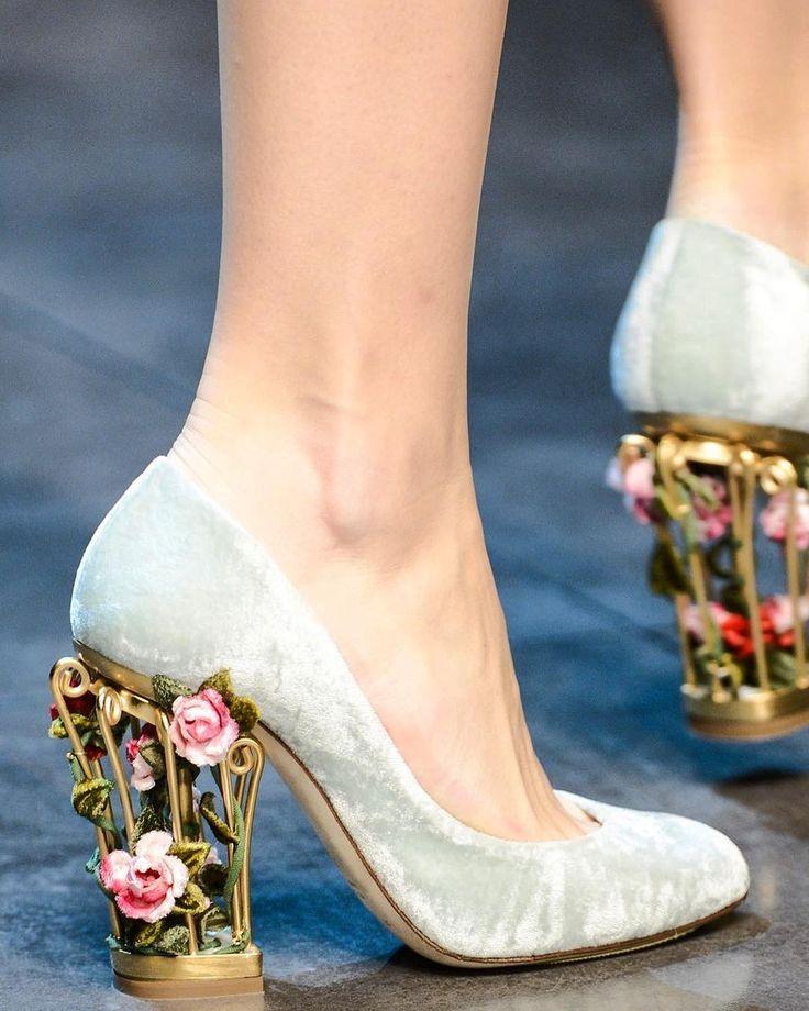 Туфли с архитектурным необычным каблуком.