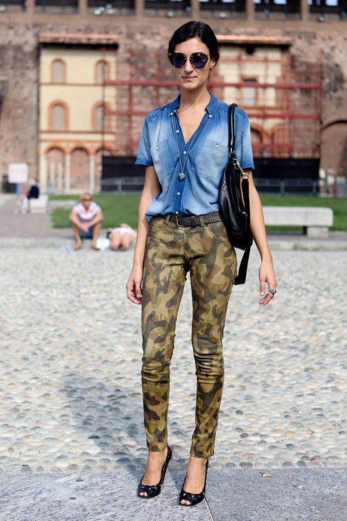 Камуфляжные штаны с джинсовой рубашкой.