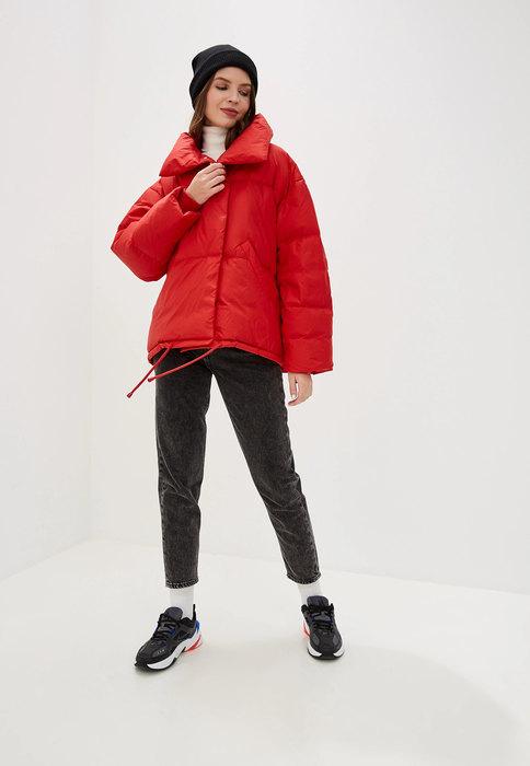Короткая красная куртка.