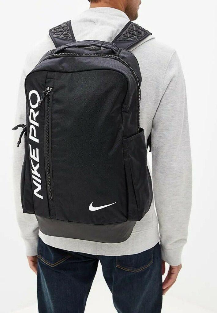 Модный чёрный спортивный рюкзак.