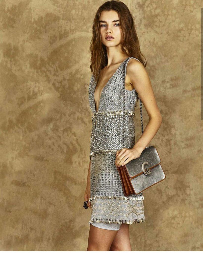 Короткое платье с завышенной талией.