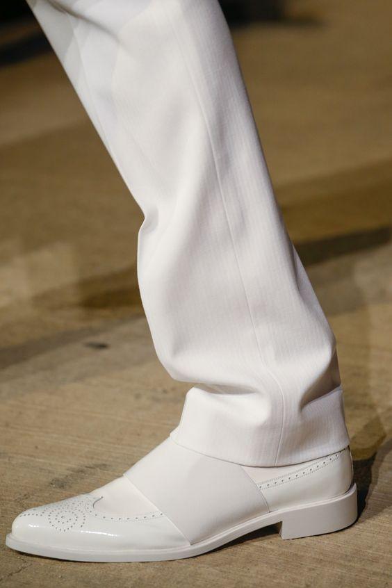 Белые мужские туфли.