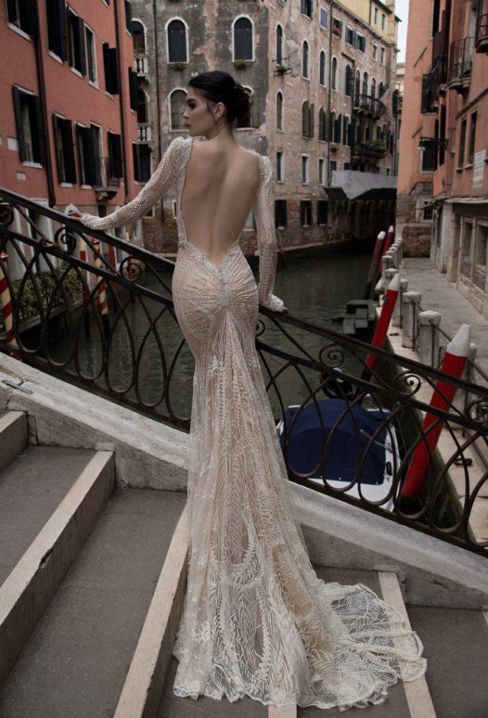 Платье с обнажённой спиной.