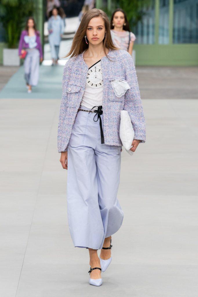 Сиреневый пиджак шанель.
