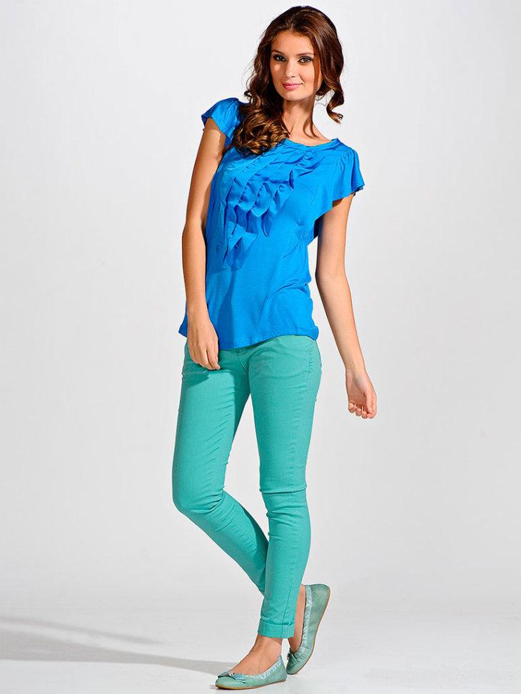 Синяя футболка.