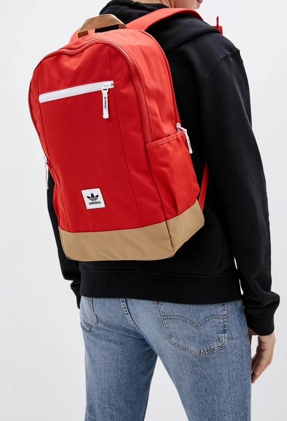 Красный спортивный рюкзак.