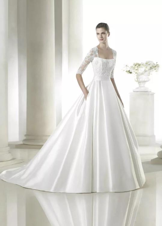 Свадебное платье с пышно юбкой и рукавами.