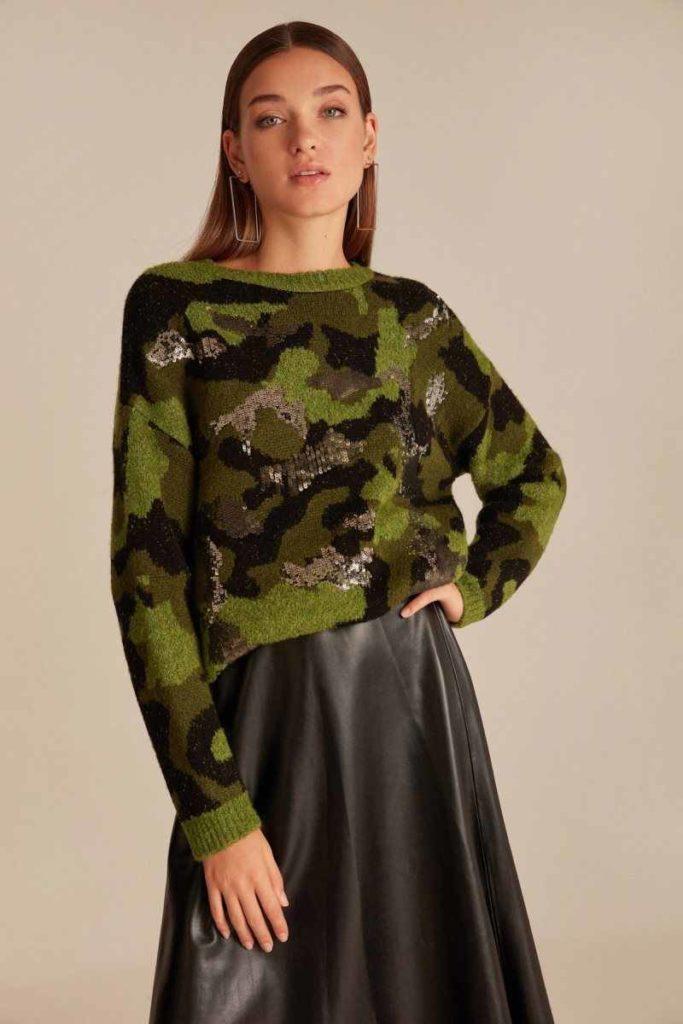 Камуфляжный свитер с юбкой.