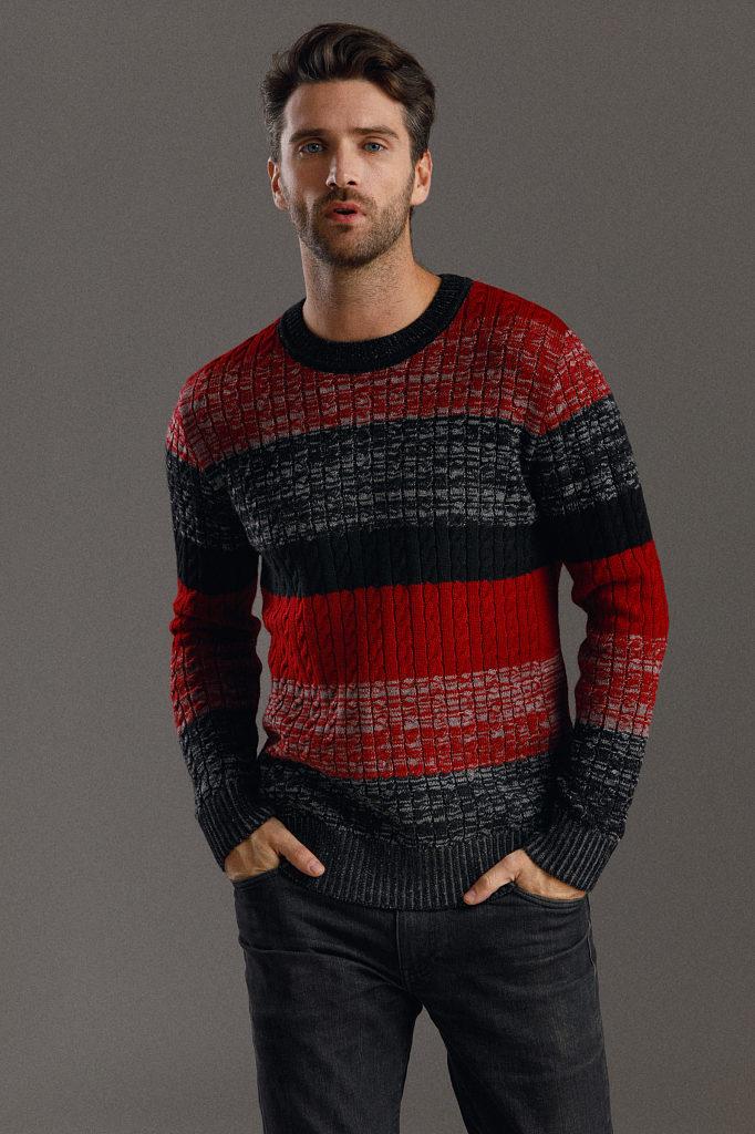 Красно-чёрный свитер.