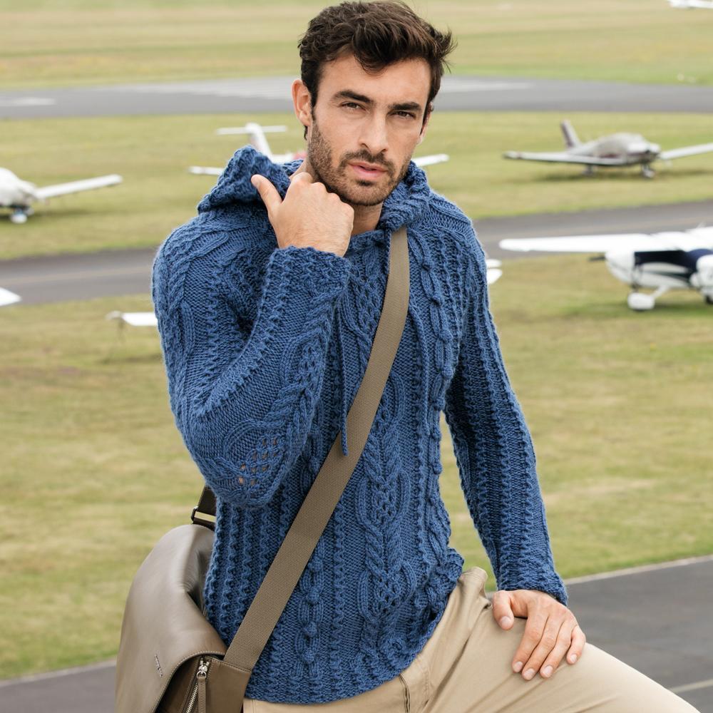 Синий мужской свитер.