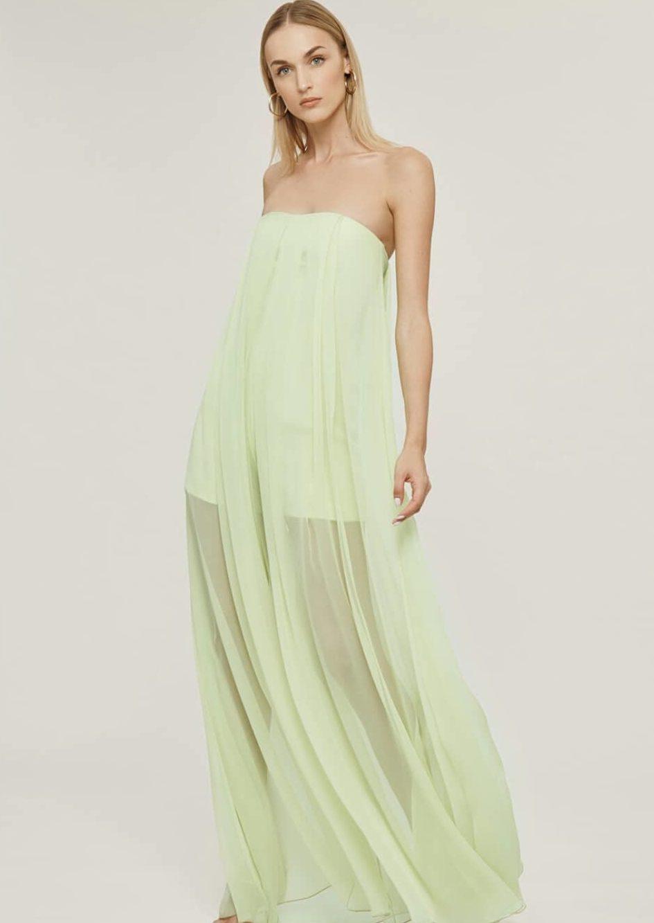 Длинное платье с открытыми плечами.