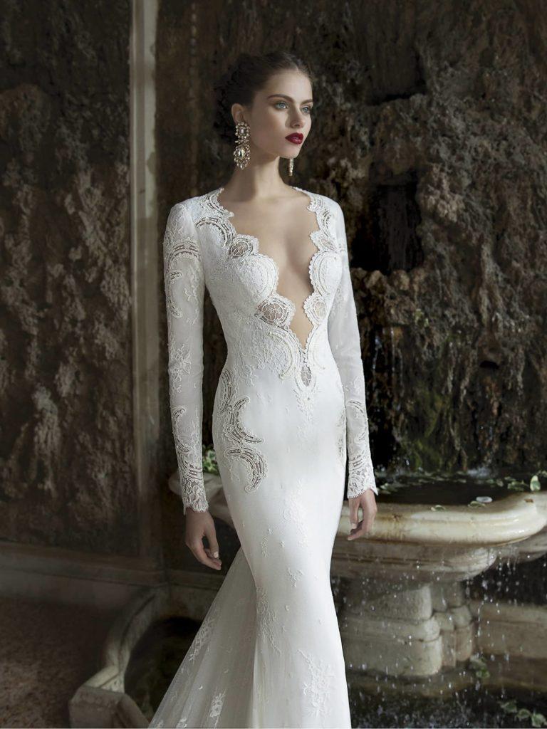 свадебное платье с глубоким вырезом.