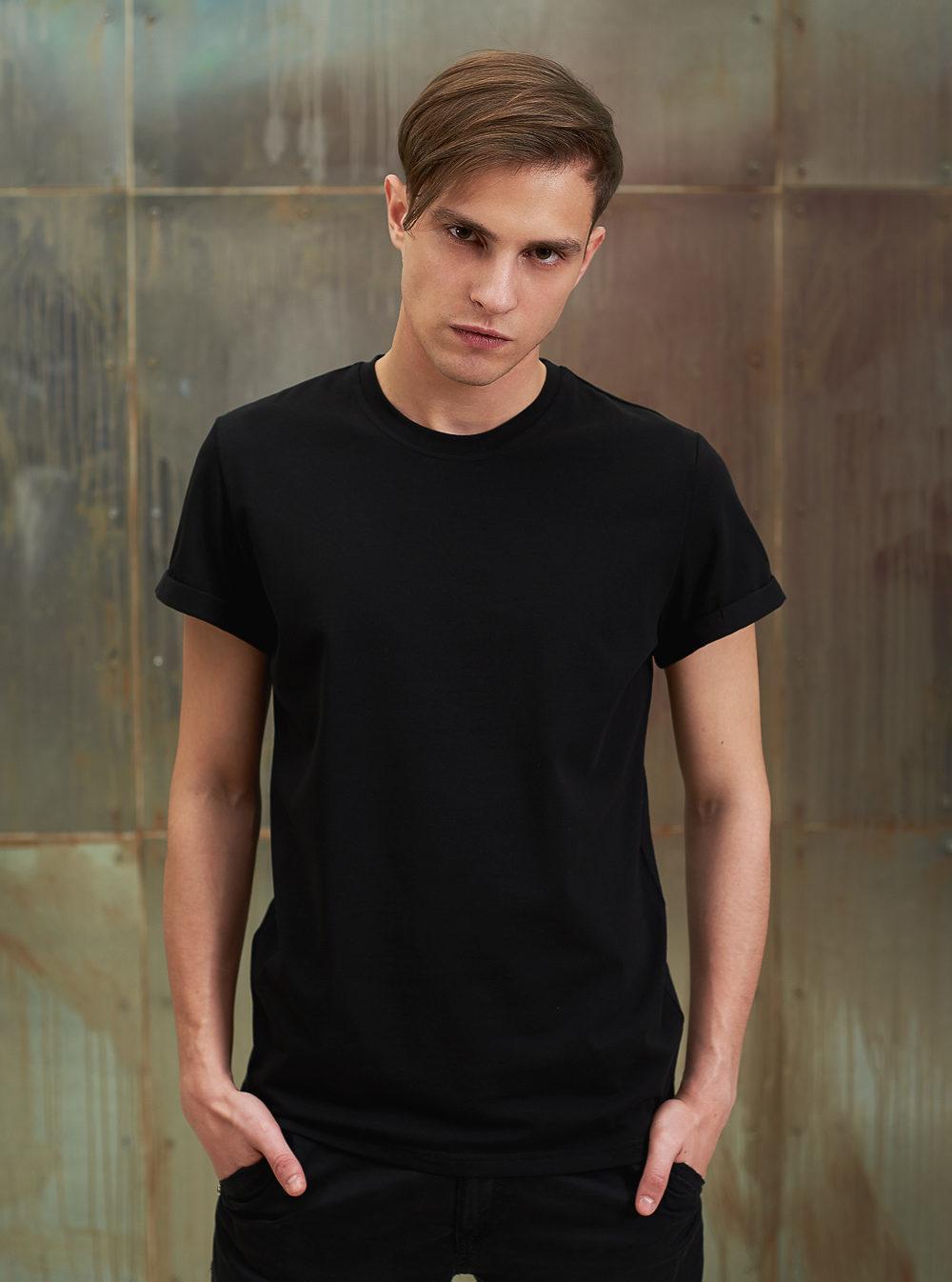 Мужчина в чёрной футболке.