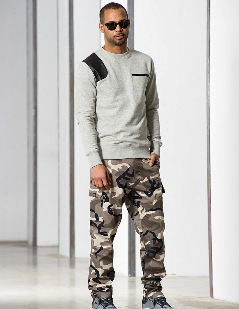 Камуфляжные брюки.