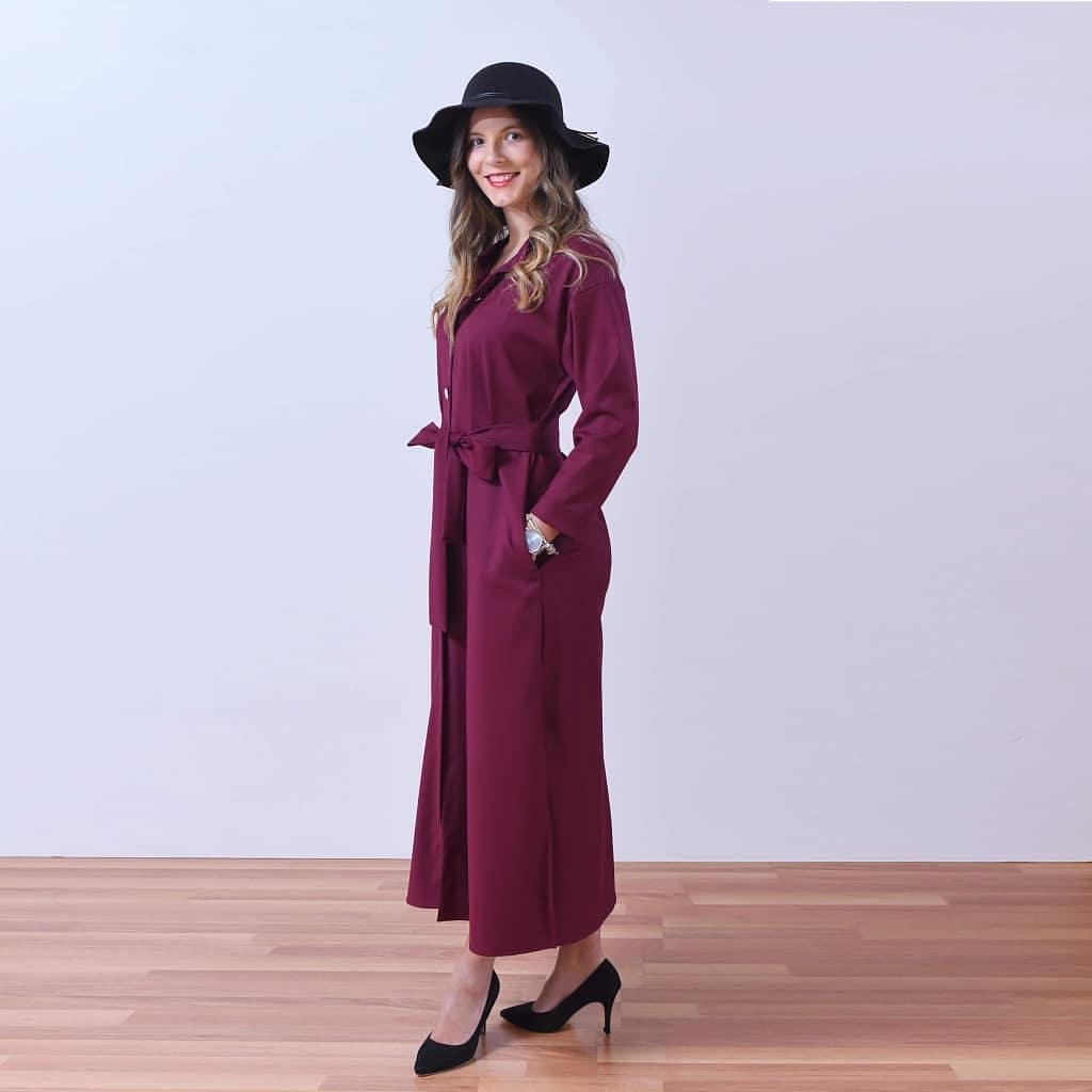 Длинное платье рубашечного типа.